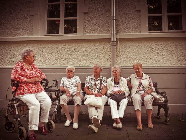 Groep oudere vrouwen op een bankje