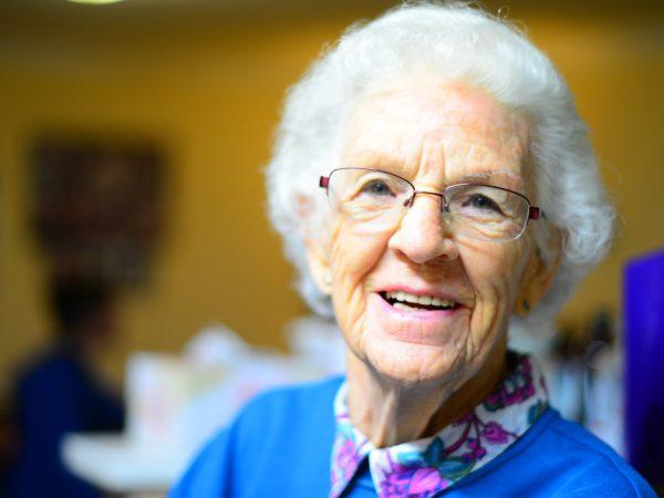 Glimlachende oude vrouw