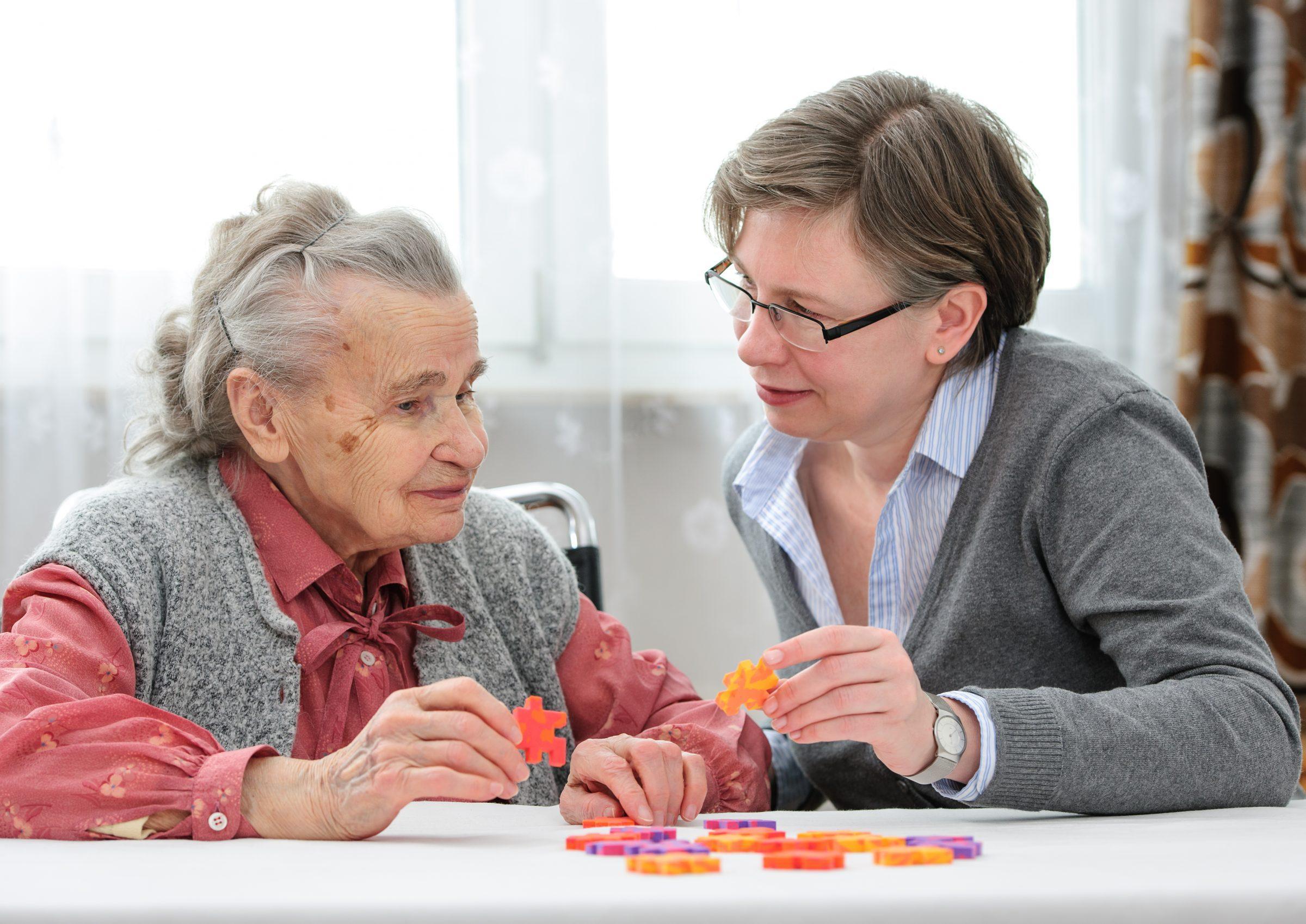Vrouw speelt spel met oudere vrouw