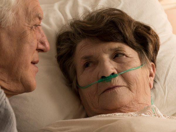 Oudere vrouw in herstelverblijf